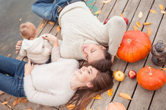 Семья отдыхая на озере Стоковые Изображения