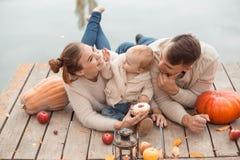 Семья отдыхая на озере Стоковая Фотография