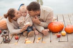 Семья отдыхая на озере Стоковое фото RF