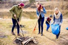 Семья очищает снаружи стоковое изображение rf