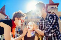 Семья пантомим подготавливает для выставки на улице Стоковое Изображение