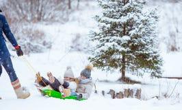 Семья папы и дети отдыхают на Рожденственской ночи outdoors стоковое фото