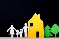 Семья перед их домом Стоковые Изображения RF