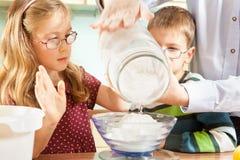 Семья печет печенья Стоковая Фотография RF