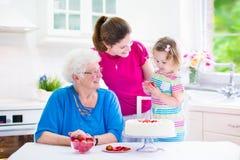 Семья печь пирог Стоковая Фотография