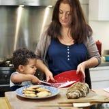 Семья печь совместно в кухне стоковые фото