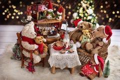 Семья плюшевого медвежонка на времени рождества с молоком и печеньями Стоковые Фотографии RF