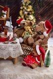 Семья плюшевого медвежонка на времени рождества с молоком и печеньями Стоковая Фотография