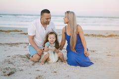 семья пляжа красивейшая стоковые изображения rf