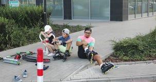 Семья подготавливает для прогулки на роликах и скутерах видеоматериал