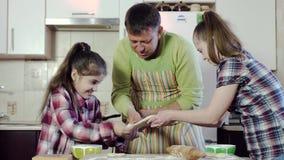 Семья подготавливает еду и протягивает круглую толстую часть теста видеоматериал