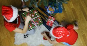Семья подготавливает на рождество и новое 2019 акции видеоматериалы