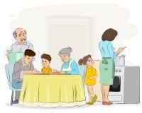 Семья подготавливая обедающий Стоковое фото RF