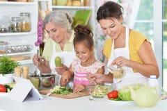 Семья подготавливая обедающий Стоковое Изображение