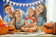 Семья подготовляя на Halloween Стоковая Фотография RF