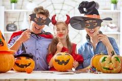 Семья подготовляя на Halloween Стоковое Изображение