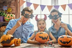 Семья подготовляя на Halloween Стоковое Изображение RF