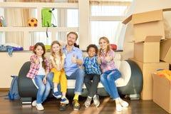 Семья показывая большие пальцы руки вверх внутри помещения стоковое изображение rf