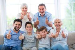 Семья показывая большие пальцы руки вверх стоковое фото rf