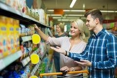 Семья покупая младенческую еду Стоковая Фотография