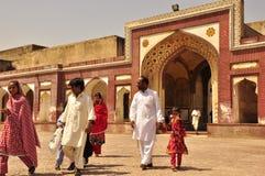 Семья посещая форт Лахора старый стоковое изображение
