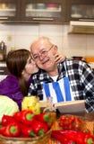 Семья подготавливая здоровую вегетарианскую еду стоковые изображения rf