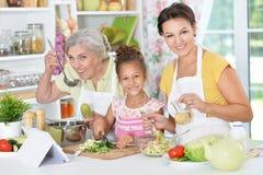 Семья подготавливая обедающий Стоковые Фотографии RF