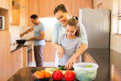 Семья подготовляя еду Стоковое Фото