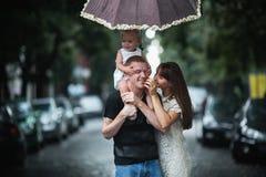 Семья под дождем Стоковые Фото