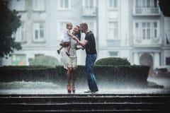 Семья под дождем Стоковое Изображение RF