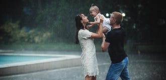 Семья под дождем Стоковая Фотография