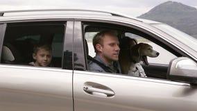 Семья получает в автомобиле с их собакой и продолжает ехать видеоматериал