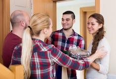 Семья получая посетителей Стоковое Фото