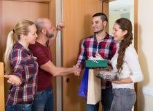 Семья получая посетителей Стоковое Изображение RF