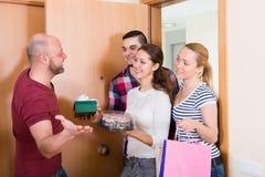 Семья получая посетителей Стоковое Изображение