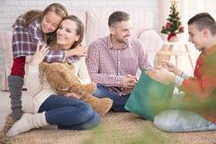 Семья получая подарки на рождество Стоковое Изображение RF