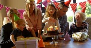 Семья празднуя день рождения дома 4k маленькой девочки видеоматериал