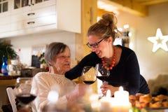 Семья празднуя рождество Бабушка и внучка Стоковое Изображение RF