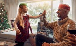 Семья празднуя рождество дома Стоковые Изображения RF