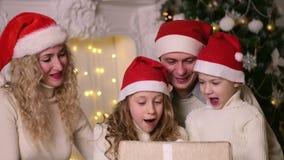 Семья празднуя рождество Нового Года акции видеоматериалы