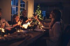 Семья празднуя рождество совместно стоковые фото