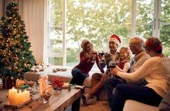 Семья празднуя рождество с вином Стоковое Изображение RF