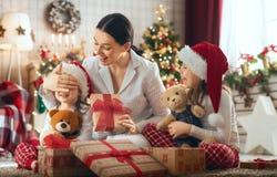 Семья празднуя рождество стоковые изображения rf