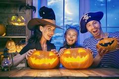 Семья празднуя хеллоуин Стоковые Изображения RF