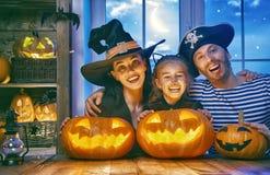 Семья празднуя хеллоуин Стоковая Фотография RF