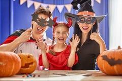 Семья празднуя хеллоуин Стоковое Изображение RF