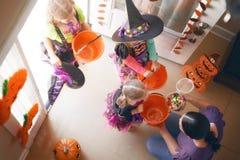 Семья празднуя хеллоуин Стоковое фото RF