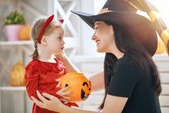 Семья празднуя хеллоуин Стоковые Фотографии RF