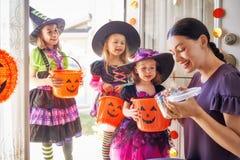Семья празднуя хеллоуин Стоковые Фото