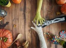 Семья празднуя хеллоуин стоковое фото